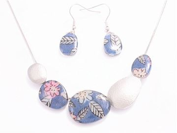 Picture of Navy flower beads necklace